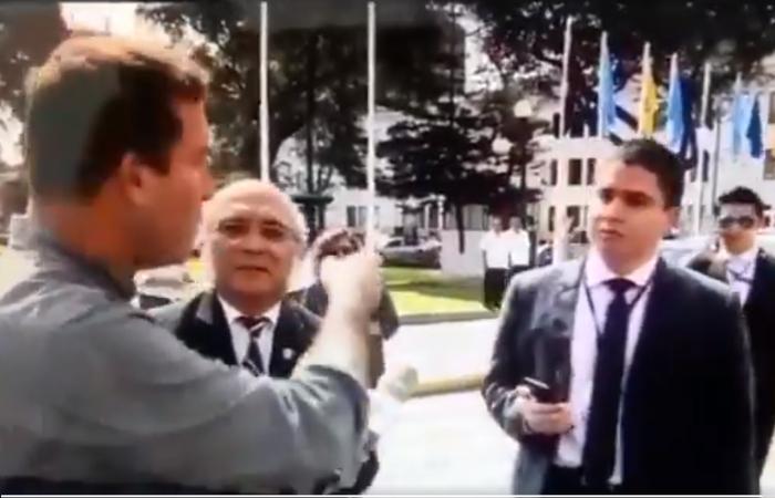 """[VIDEO] René Gastelumendi se enfrentó a asesor de Julio Rosas, quien se desempeñaría como """"fujitroll"""""""